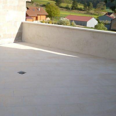 Terrasse avec pente pour évacuation d'eau
